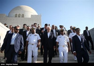 محمدجواد ظریف وزیر امور خارجه هنگام خروج از آرامگاه محمدعلی جناح قائد اعظم پاکستان - کراچی پاکستان