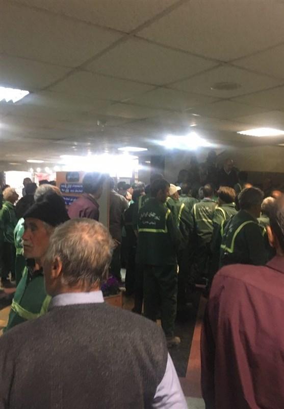 تجمع کارگران فضای سبز به دلیل عدم پرداخت حقوق مقابل شهرداری منطقه 9 + عکس