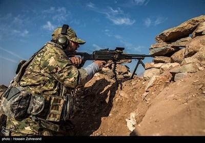 یکی از نیروهای فاتحین در حال شلیک با تیربار PK است