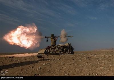 یکی از نیروهای یگان ویژه فاتحین درحال شلیک با RPG-7 است