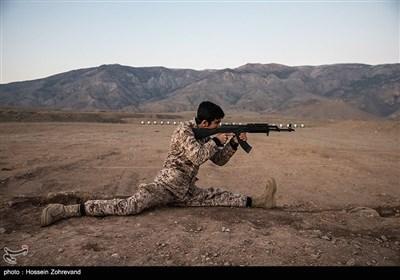یکی از نیروهای یگان ویژه فاتحین آمادگی جسمانی خود را در میدان تیر به رخ می کشد
