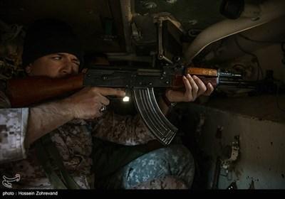 یکی از نیروهای یگان ویژه فاتحین در حال تیراندازی از داخل نفربر BMP-2