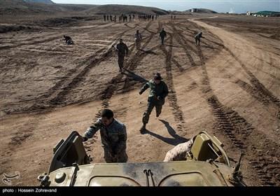 نیروهای یگان ویژه فاتیحن درحال سوار شدن به نفربر BMP-2 هستند