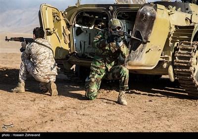 نیروهای یگان ویژه فاتیحن درحال تمرین تاکتیکی با نفربر BMP-2 و اجرای سریع آتش هستند