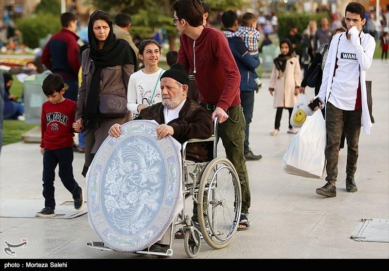 مسافرین نوروزی در میدان امام اصفهان