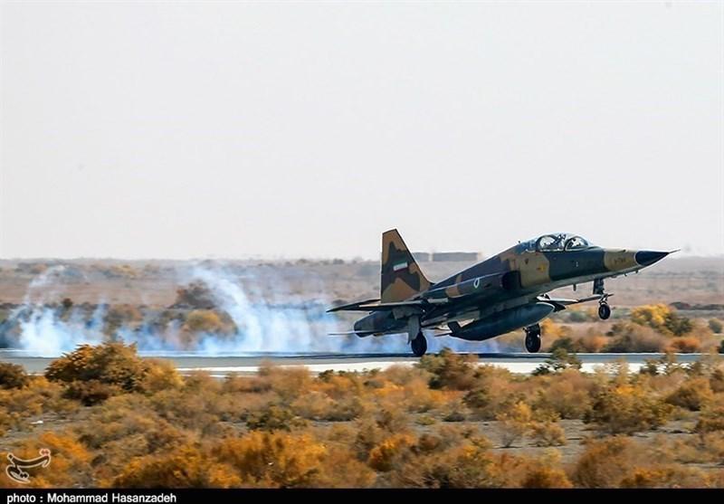 پرواز فرمانده نیروی هوایی ارتش با جنگنده اف-۵ در حضور زائرین راهیان نور