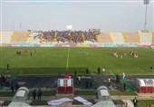 حاشیه دیدار پدیده - پرسپولیس| تشویق مسلمان از دقیقه 20 و هجوم تماشاگران به ورزشگاه