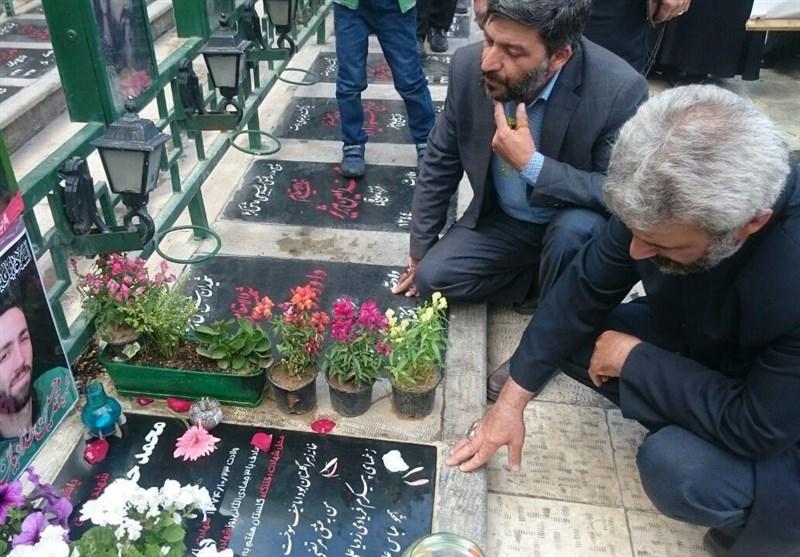 حضور پدر شهید حججی بر مزار شهید حدادیان+تصاویر
