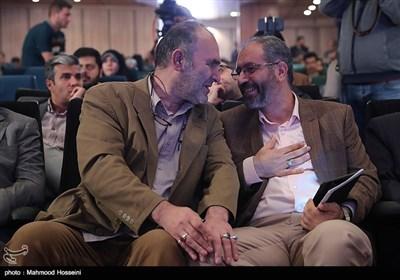 مومنی رئیس حوزه هنری و رضا برجی در مراسم انتخاب چهره سال هنر انقلاب اسلامی در سال 96
