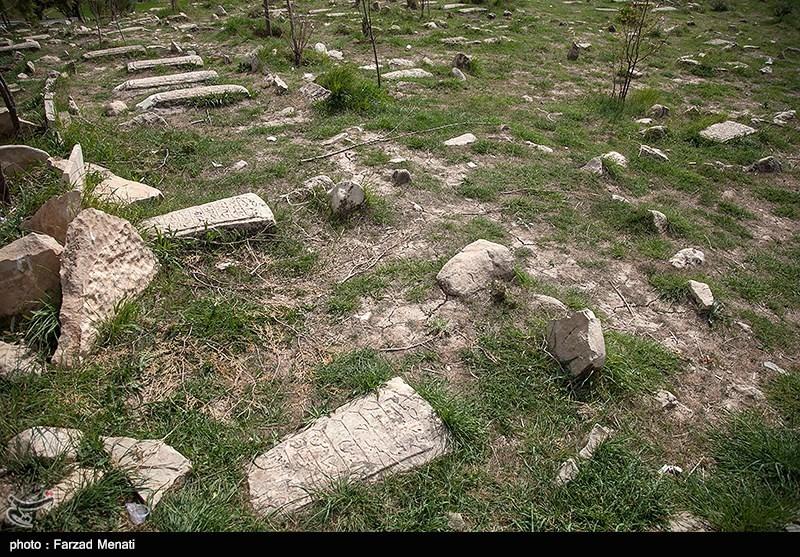 کشف اشیاء سفالی و ظروف مرمری در گورهای تاریخی گورستان سادات محمودی