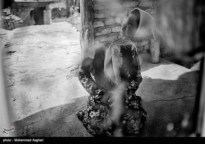 استان گلستان- بخش گلیداغ،روستای یانبلاغ،پریسا خدیر 21 ساله،معلولیت ذهنی و جسمی دارد ،پدر و مادر او دختر خاله و پسر خاله هستند که پدر از مادر طلاق گرفته است.