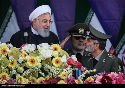 سرلشکر سیدعبدالرحیم موسوی فرمانده کل ارتش و حجتالاسلام حسن روحانی رئیس جمهور در مراسم رژه روز ارتش