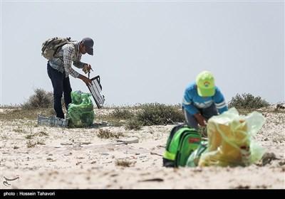 پاکسازی سواحل جزیره هندورابی به مناسبت هفته زمین پاک
