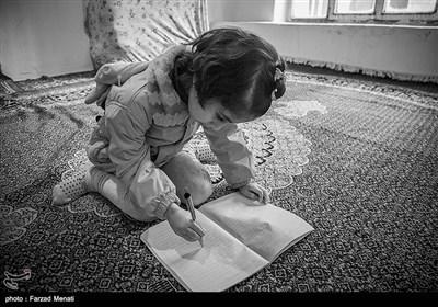کودکان اوتیسم علاقمند به خط خطی کردن دفتر نقاشی هستند.در حالی که هیچ تصویر واضحی را ترسیم نمی کنند.