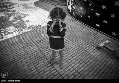 ملیکا در حیاط مرکز درمانی با دیدن دوربین عصبی می شود و با گریه کردن اعتراض خود را نشان می دهد.کودکان اوتیسم دوست ندارند که کسی به آنها توجهی نشان بدهد