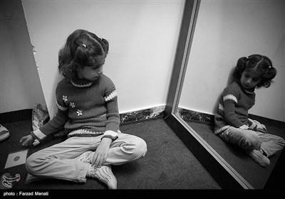 کودکان اوتیسم حتی از دیدن خودشان در آیینه هم بیزار هستند.ملیکا با دیدن خود در آئینه وحشت می کند.