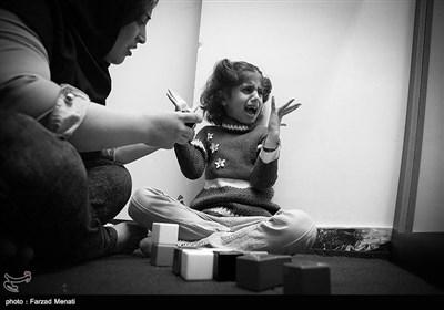 پرستار ملیکا در حال تمرین نگاه کردن مستقیم و لمس شدن است و در مراحل ابتدایی برای عادت کردن کودکان به نگاه کردن،از آیینه استفاده می شود