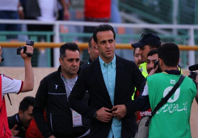حاشیه دیدار ملوان - سپیدرود| سنگپرانی هواداران ملوان به سمت بازیکنان و داور/ علی کریمی تیمش را بیرون کشید