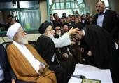 گزارش تسنیم از یک عمامهگذاری غیرمرسوم/ بگذارید امام خمینی برای مردم بماند