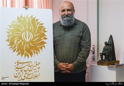 مسعود نجابتی گرافیست و مدیر گروه هنرهای تجسمی بنیاد روایت فتح در رونمایی از نشان چهلمین سال پیروزی انقلاب