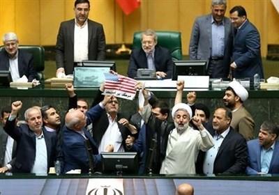 ایرانی پارلیمنٹ میں امریکی پرچم نذرآتش