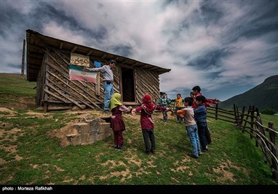افشین تصوفی معلم و بچه های مدرسه عشایری مصباح روستای سیه پشت، قبل از رفتن به کلاس درس ورزش صبحگاهی انجام میدهند