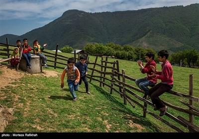 دانش آموزان مدرسه عشایری مصباح روستای سیه پشت، در زمان زنگ تفریح در حیاط مدرسه بازی میکنند