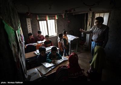 افشین تصوفی معلم مدرسه عشایری مصباح روستای سیه پشت، به دانش آموزان پایه اول ریاضی درس میدهد. همزمان بقیه پایه ها درسهایی که به آنها گفته شده را مرور میکنند، تا نوبت آموزش دروس آنها فرا برسد
