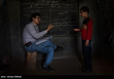 افشین تصوفی معلم مدرسه عشایری روستای سیه پشت، به فرشاد عاقبتی 11ساله دانش آموز یایه چهارم ریاضی درس میدهد