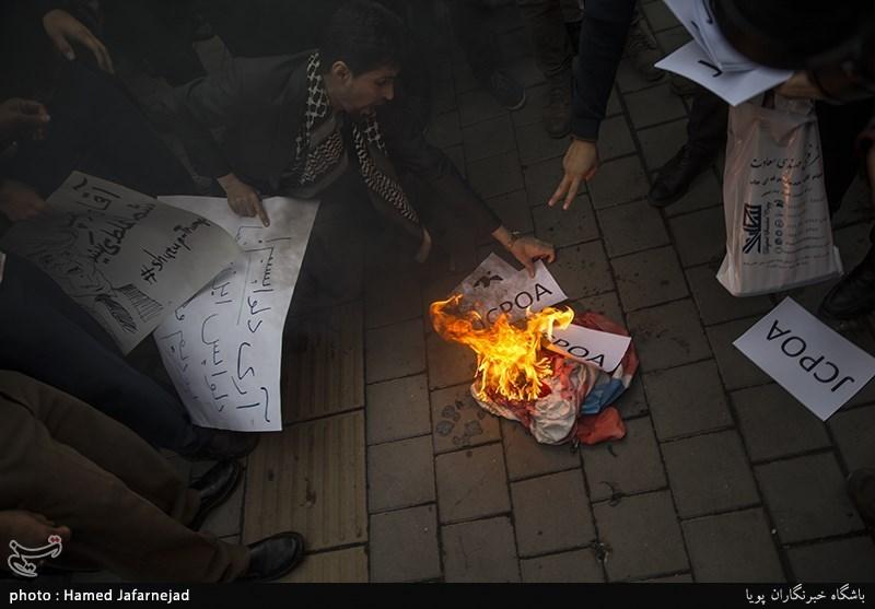 آتش زدن نمادین برجام در تجمع دانشجویان در واکنش به نقض برجام توسط دونالد ترامپ رییس جمهور آمریکا در مقابل لانه جاسوسی(سفارت سابق آمریکا)