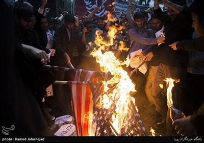 آتش زدن پرچم آمریکا در تجمع دانشجویان در واکنش به نقض برجام توسط دونالد ترامپ رییس جمهور آمریکا در مقابل لانه جاسوسی(سفارت سابق آمریکا)