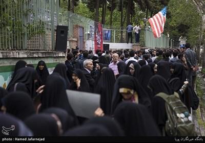 تجمع دانشجویان در واکنش به نقض برجام توسط دونالد ترامپ رییس جمهور آمریکا در مقابل لانه جاسوسی(سفارت سابق آمریکا)