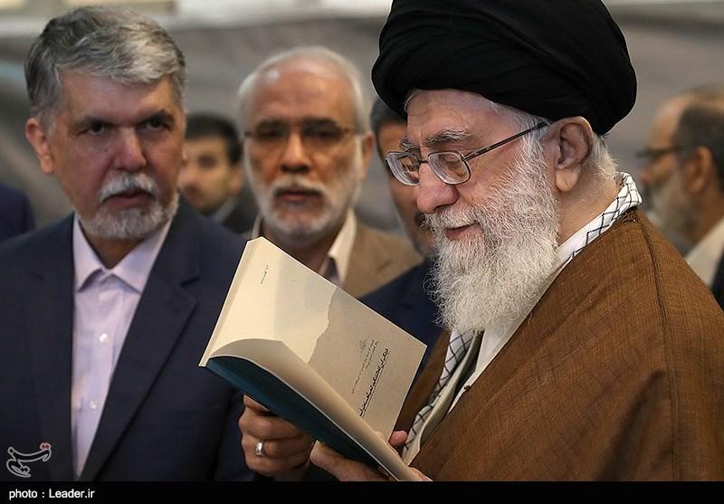شوخی رهبر انقلاب با یک غرفهدار: «این کتاب به درد ما نمیخورد»+ عکس