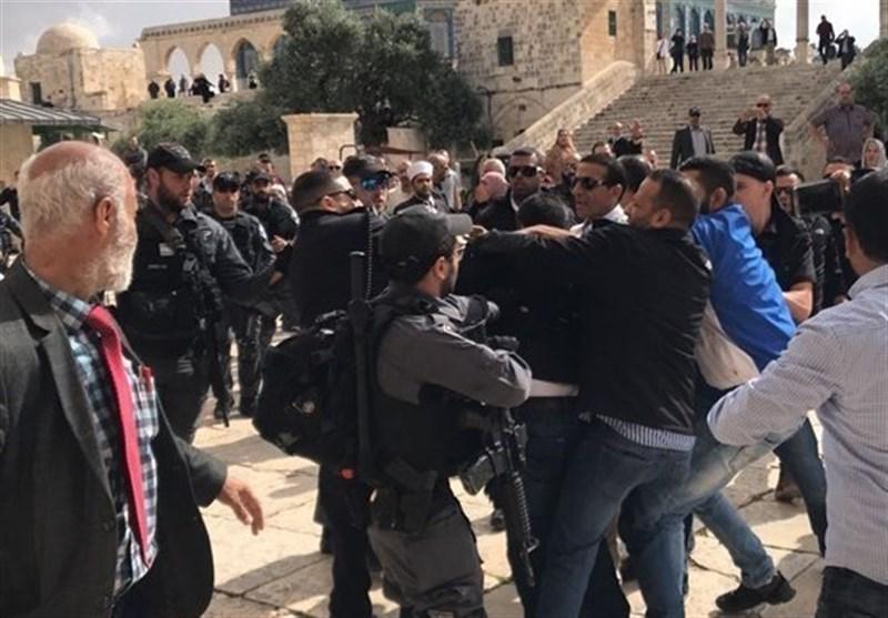 مئات المستوطنین یقتحمون الأقصى بحمایة شرطة الاحتلال
