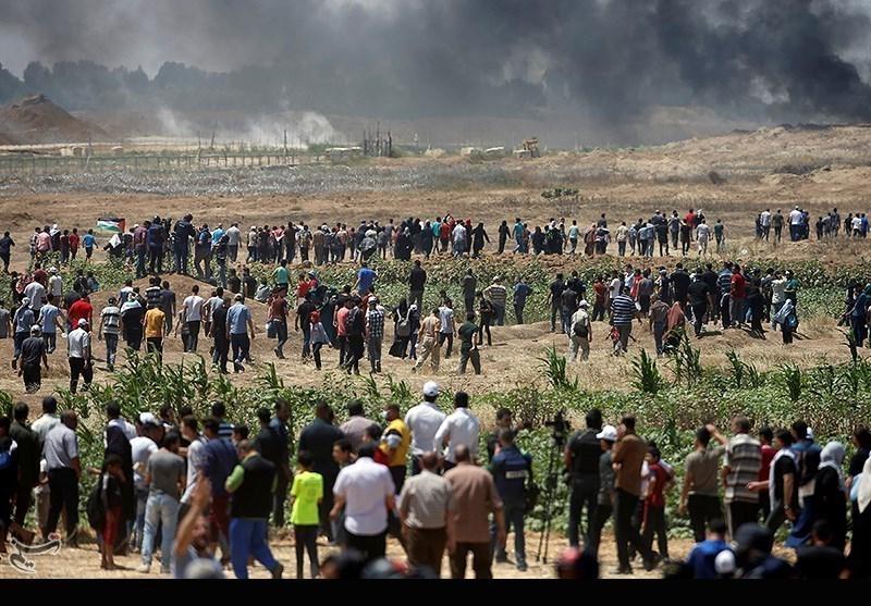 شبان فلسطینیون یجتازون السیاج الفاصل ویحرقون موقعاً للاحتلال الصهیونی