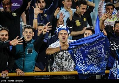 شادی هواداران تیم فوتبال استقلال پس از پیروزی مقابل ذوب آهن اصفهان