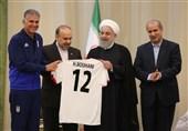 اهدای پیراهن شماره 12 تیم ملی به حجتالاسلام روحانی + عکس