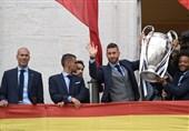 جشن قهرمانی رئال مادرید در میدان «سیبلس» برگزار شد/ رونالدو قول ماندن داد، راموس کری خواند + تصاویر