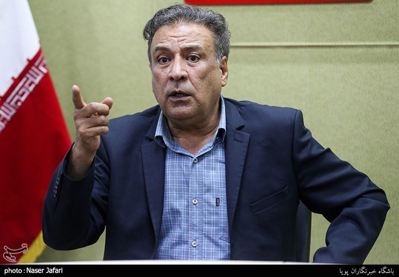 """عبدالرضا اکبری: از گذر """"ردکارپتها"""" به فکر مدل و مانکن شدنند/ کارگردانها """"دیالوگ حفظکن"""" میخواهند"""