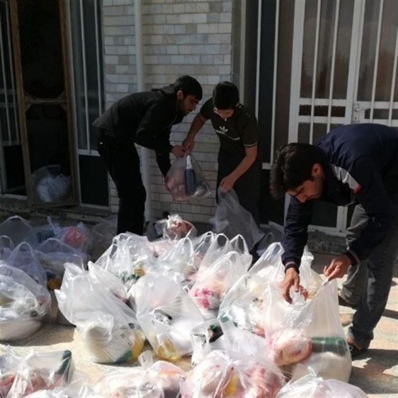 مادران و همسران شهدای اردبیل در قالب طرح «سفیران فقرا» به نیازمندان کمک میکنند