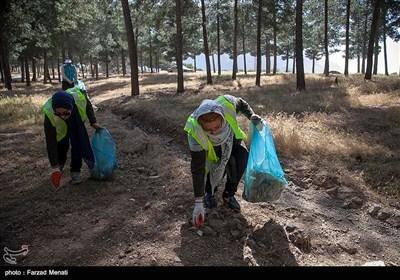 پاکسازی محوطه تاریخی طاق بستان توسط دوستداران محیط زیست