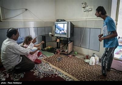 پدر خانواده ، برای سرگرم شدن و مشغول کردن بچه ها آنها را به تماشای تلویزیون تشویق میکند.