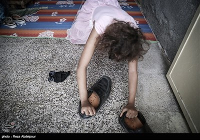 فاطمه د رحال بازی و پوشیدن کفش هایش