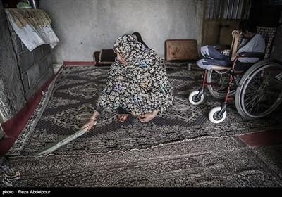 شهربانو ،مادر خانواده در حال جارو کشیدن و نظافت خانه