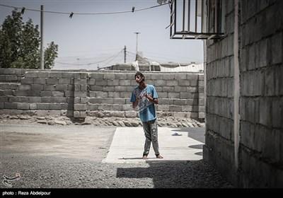 خوبیار در حیاط خانه در حال مشاهده پدر و خواهرش