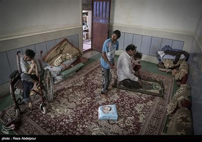 خوبیار و فاطمه و محمد علی در حال جمع شدن به دور پدر که در حال نماز خواندن است .