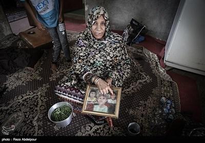 شهربانو ،مادر خانواده در حال نشان دادن عکس های خوبیار ،محمدعلی و فاطمه