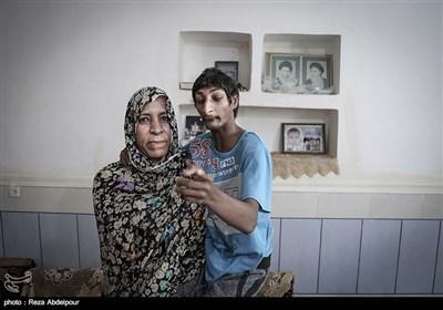 خوبیار در بغل مادرش به دوربین اشاره میکند