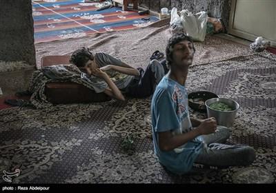 خوبیار و محمد علی نشسته و منتظر غذا هستند