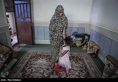 مادر در حال بازی و آرام کردن فاطمه